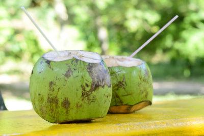 7 increíbles beneficios de tomar agua de coco natural