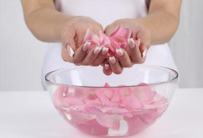 Aprende todo acerca del Agua de Rosa, beneficios y como prepararla